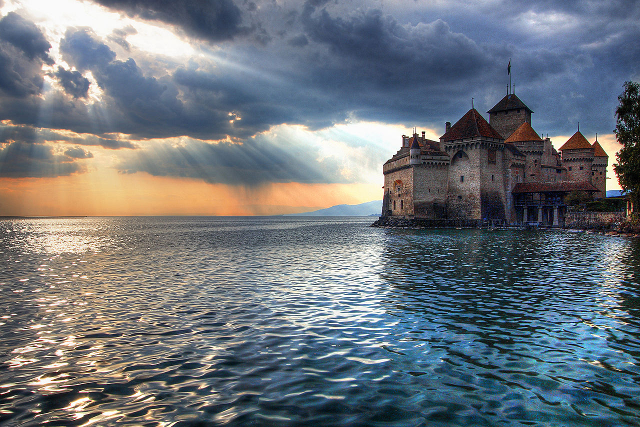 The_Sun_Sets_on_Château_de_Chillon